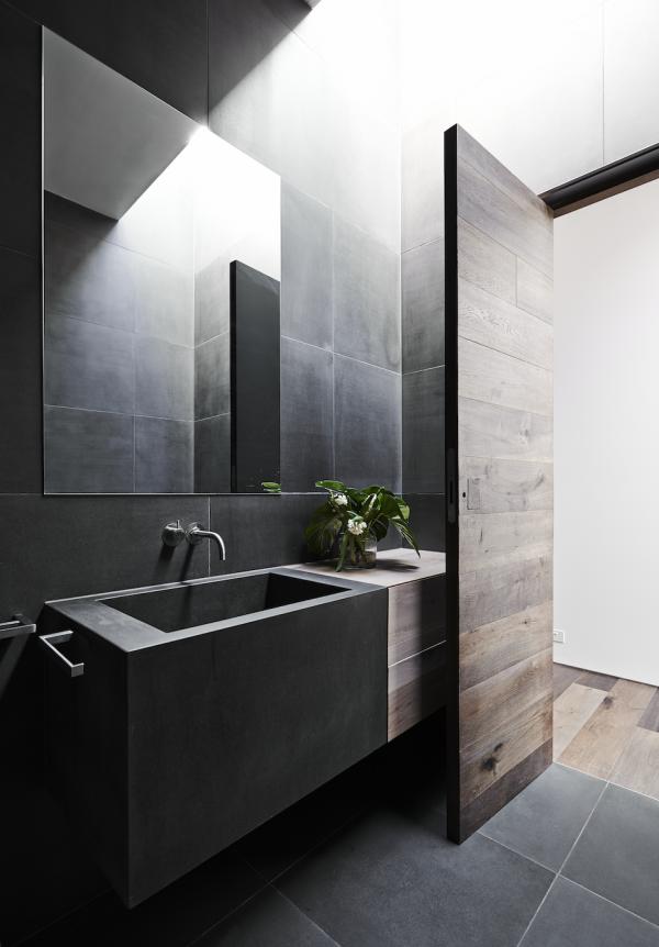 vonios kambarys tamsios plyteles