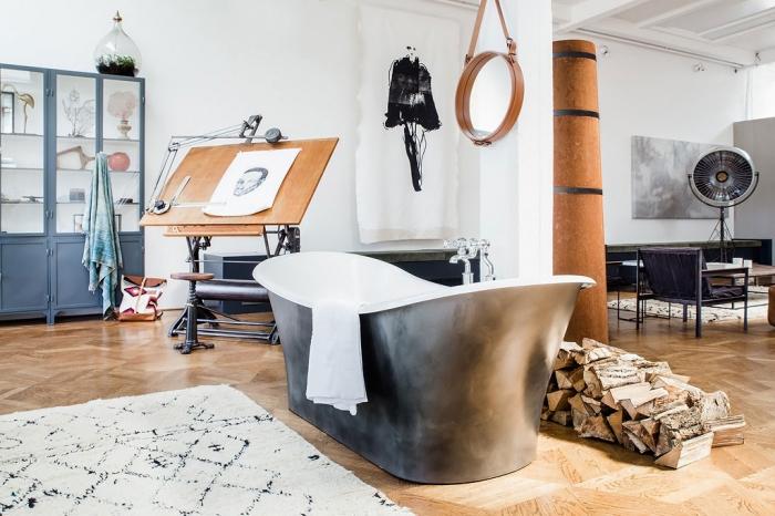 laisvai pastatoma vonia lofte