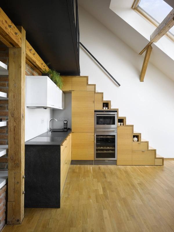 po laiptais virtuve