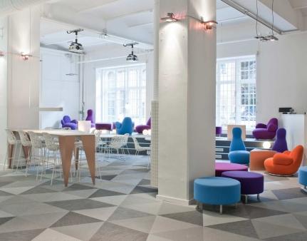 spalvos interjere balta ir ryskios spalvos skype ofisas
