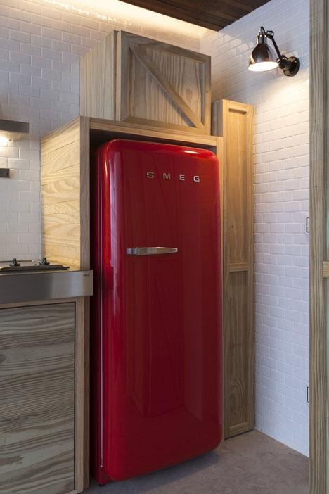 raudonas šaldytuvas
