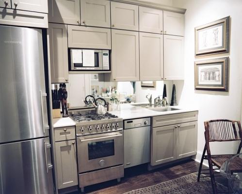 veidrodis virs stalvirsio virtuveje