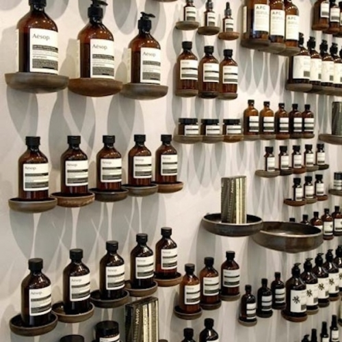 buteliukai ant sienos