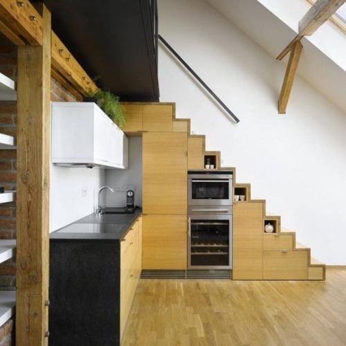 virtuvė po laiptais