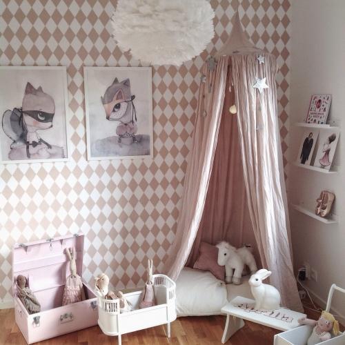 rožinis vaikų kambarys