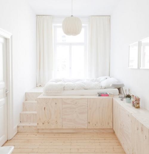lova su laiptais