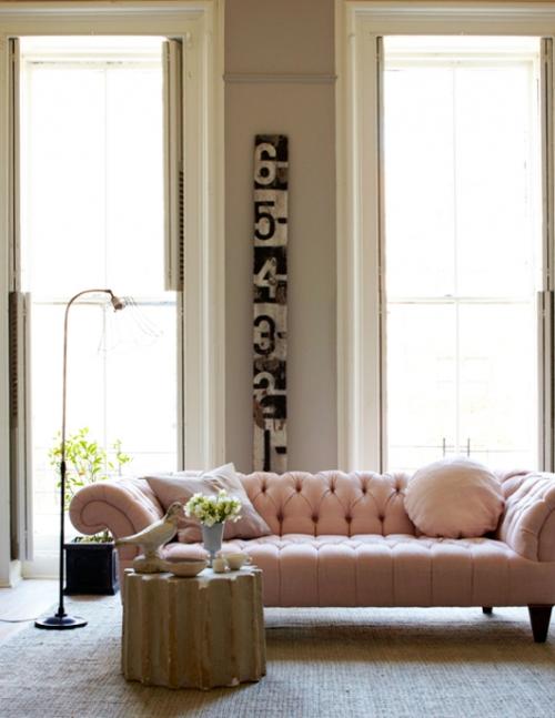 rožinė sofa