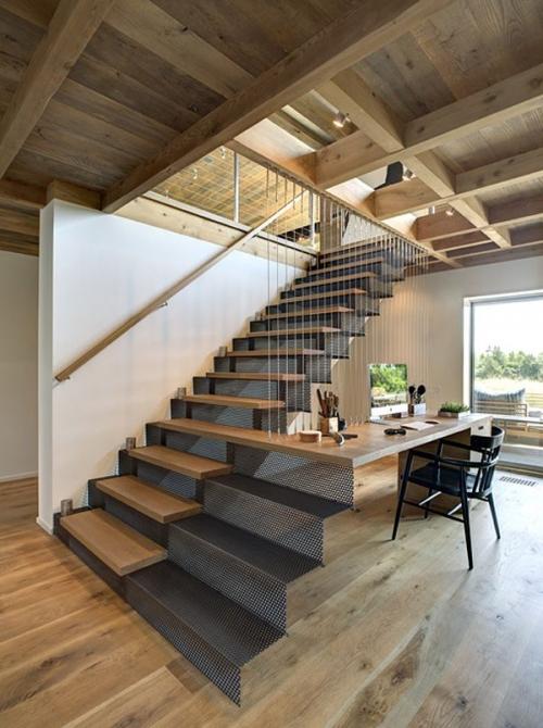 laiptai pereinantys į baldą