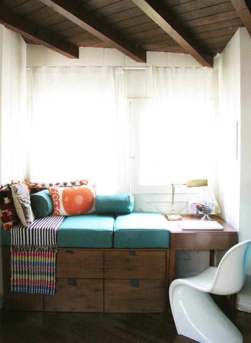 paaukštinta sofa su stalčiais