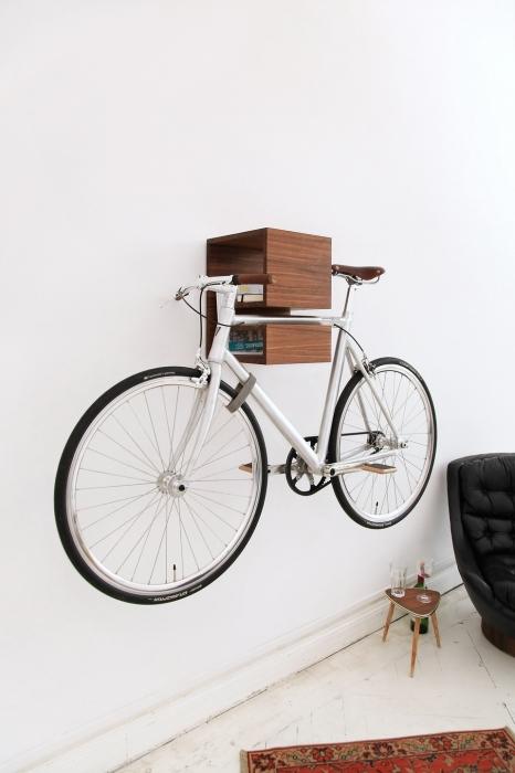 dviratis, pakabintas ant sienos