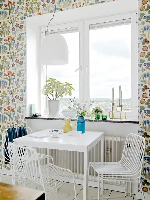 virtuvinis stalas prie lango