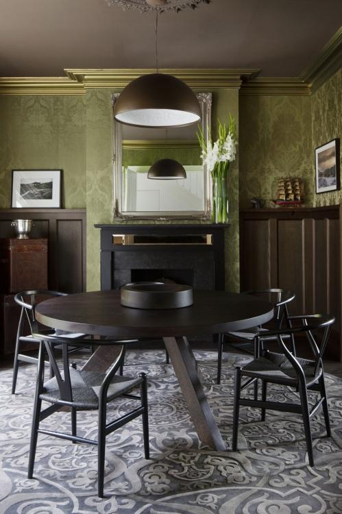 tamsus stalas ir kėdės