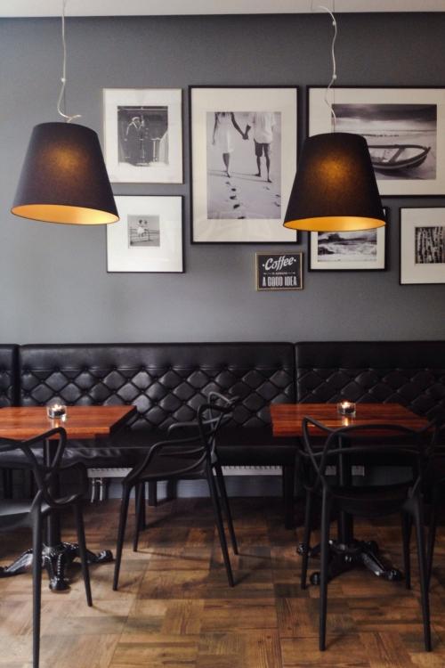 juodi baldai restorane