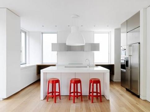 raudoni akcentai virtuvėje