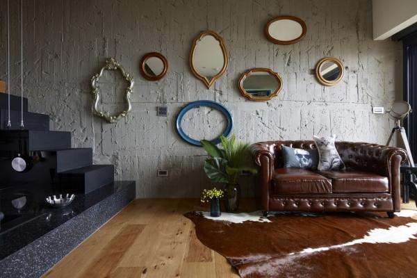 daug veidrodziu ant sienos