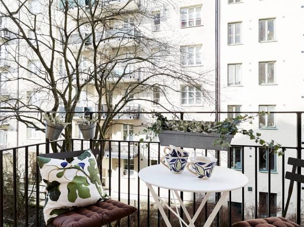 balkonas prie medziu
