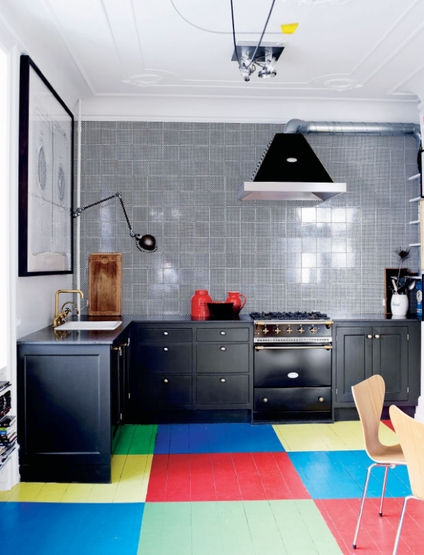 spalvotos grindys virtuveje