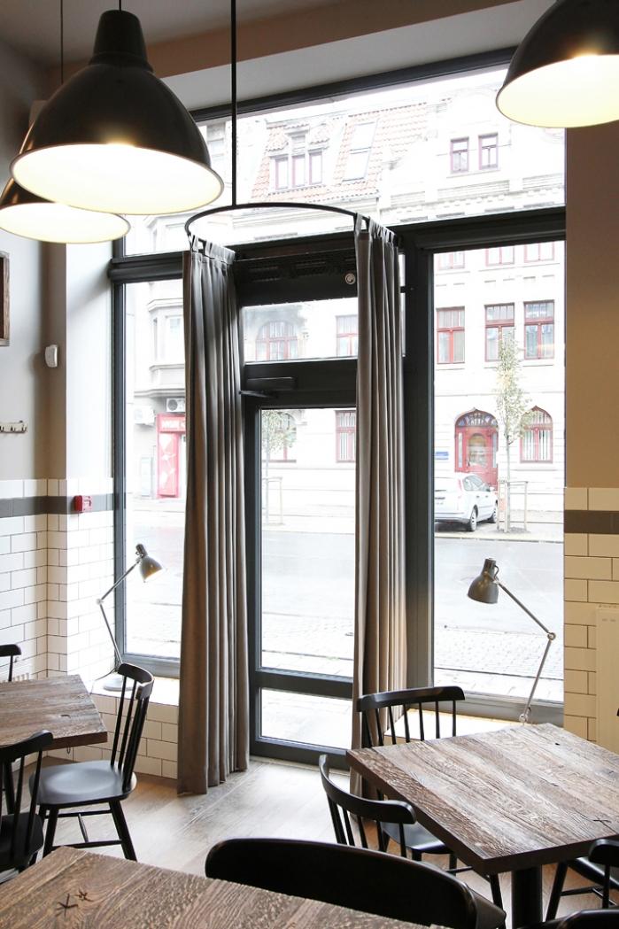 maži staliukai restorane