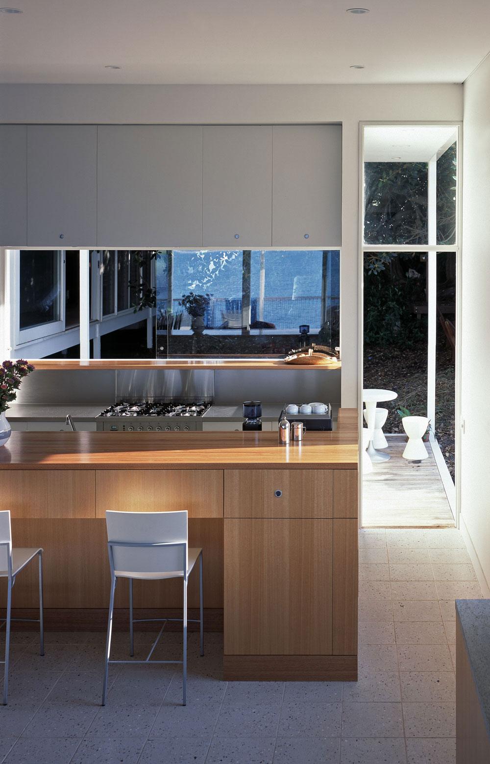 mirrored backsplash in the kitchen viskas apie interjerą